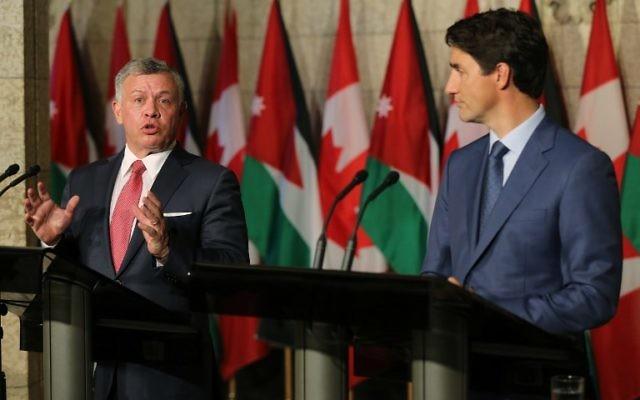 Le roi Abdallah II de Jordanie, à gauche, pendant une conférence de presse commune avec le Premier ministre canadien Justin Trudeau, à Ottawa, le 29 août 2017. (Crédit : Lars Hagberg/AFP)