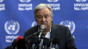 Antonio Guterres, secrétaire général des Nations unies, pendant une conférence de presse dans une école de l'ONU à Beit Lahia, dans le nord de la bande de Gaza, le 30 août 2017. (Crédit : Mahmud Hams/AFP)