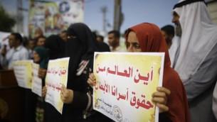 Manifestation de familles de prisonniers palestiniens à l'arrivée du secrétaire général des Nations unies, Antonio Guterres, dans la bande de Gaza, par le point de passage Erez, le 30 août 2017. (Crédit : Mohammed Abed/AFP)