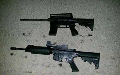 Un fusil M-16 et une arme artisanale retrouvés par l'armée israélienne durant des raids en Cisjordanie, le 28 août 2017. (Crédit : armée israélienne)