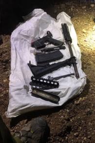 Les pièces d'un fusil M-16 trouvées par l'armée israélienne durant des opérations en Cisjordanie, le 28 août 2017. (Crédit : armée israélienne)
