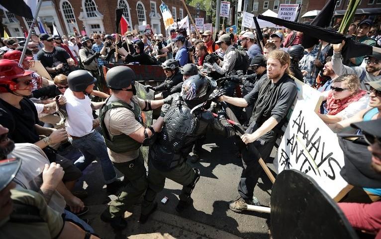 Affrontement entre néonazis et contre-manifestants à Charlottesville, en Virginie, le 12 août 2017. (Crédit : Chip Somodevilla/Getty Images/AFP)