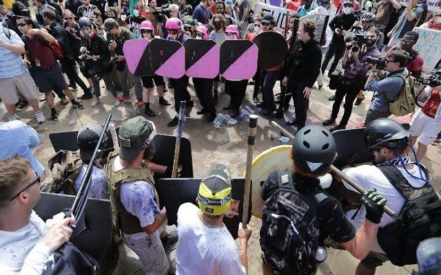 Ligne de front entre néonazis et contre-manifestants à Charlottesville, en Virginie, le 12 août 2017. (Crédit : Chip Somodevilla/Getty Images/AFP)