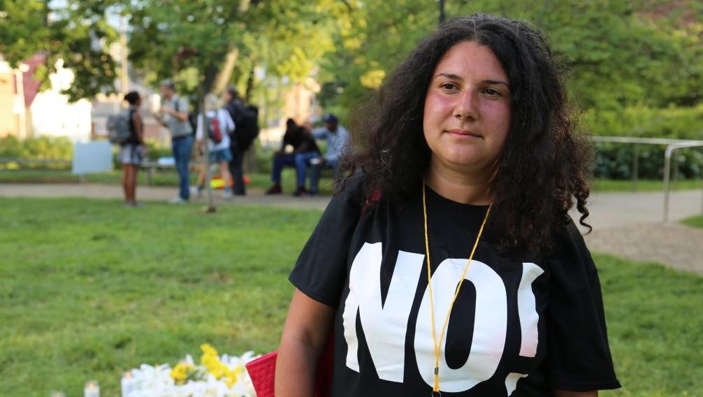 """Emma Kaplan, 30, à côté du mémorial construit pour la victime d'une attaque à la voiture-bélier lors du rassemblement """"Unir la droite"""" à Charlottesville, en Virginie, le 12 août 2017 (Crédit : Eric Cortellessa/Times of Israel)"""