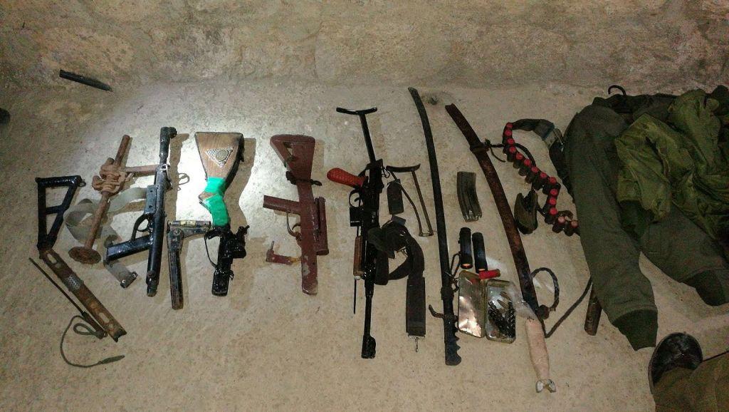 Armes retrouvées par l'armée israélienne pendant une opération dans le village d'al-Arush, en Cisjordanie, le 31 août 2017. (Crédit : armée israélienne)