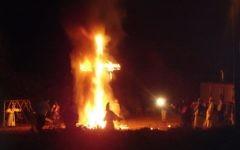 Membres du Ku Klux Klan (KKK) autour d'une croix enflammée, le 12 novembre 2015. (Crédit : Confederate till Death/CC BY-SA 3.0/WikiCommons)