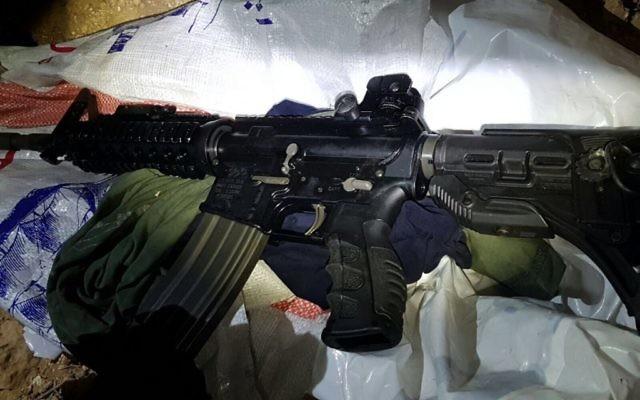 Un fusil trouvé dans la voiture d'un suspect palestinien dans le sud de la Cisjordanie, le 22 août 2017 (Crédit : Armée israélienne)