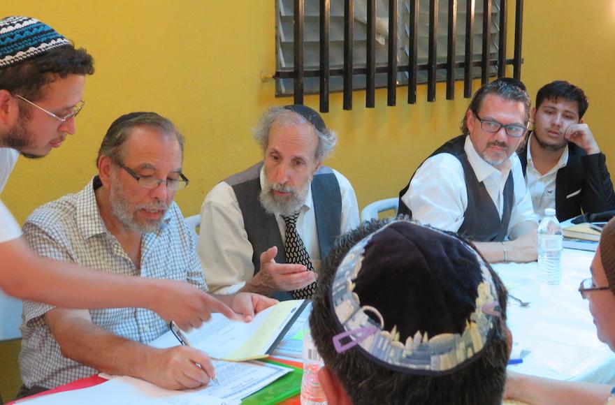 De gauche à droite, Moshe Omar Cohen-Henriquez discute avec les membres de beit din : les rabbin s Mark Kunis, Andy Eichenholz et Marc Phillips à Managua, au Nicaragua. Au bout à droite, Even Centeno, converti qui fait remontrer ses ancêtres aux Juifs séfarades forcés à se convertir au Christianisme. Photo prise le 20 juillet 2017 (Crédit : Bonita Sussman via JTA)