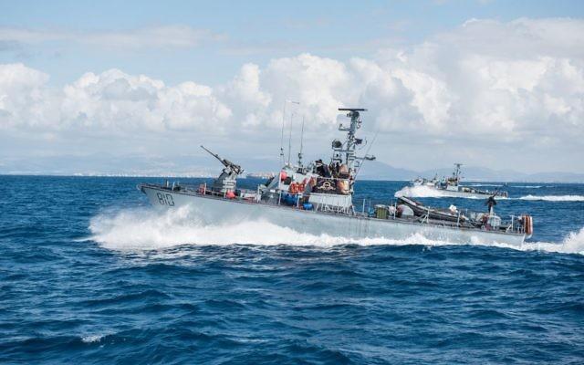 Un bateau de patrouille de classe Dvora de la marine israélienne lors d'un exercice le 2 mars 2015 (Crédit : Matan Portnoy / Forces de défense israéliennes / Flickr)