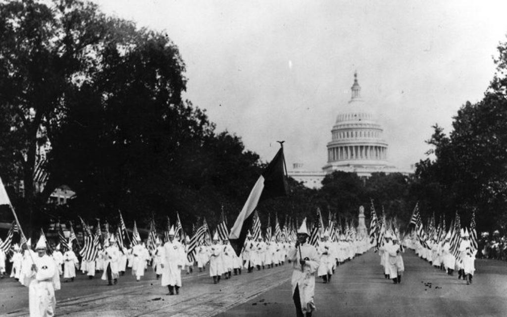 Marche du KKK à Washington, pendant les années 1920. (Crédit : domaine public)