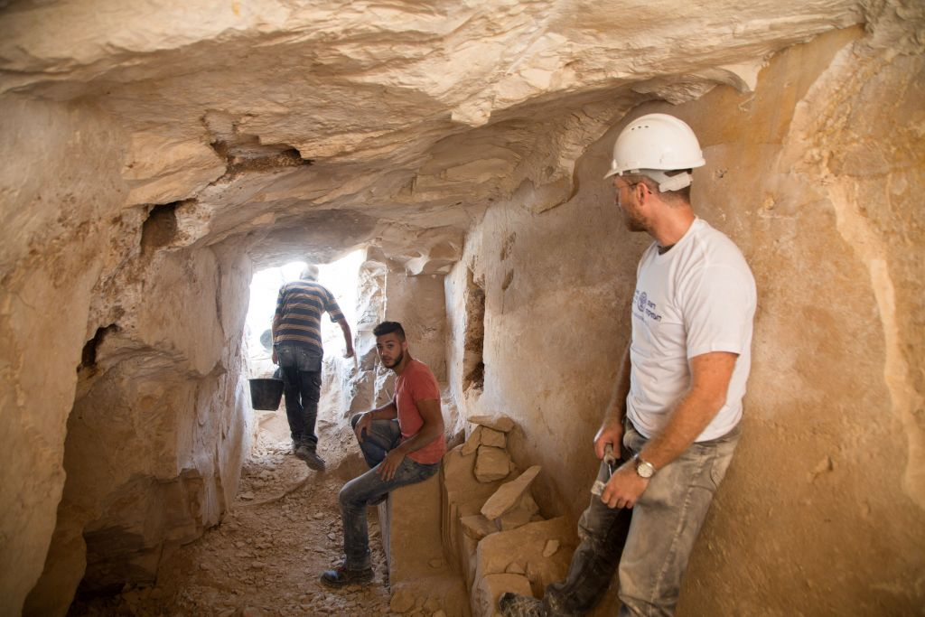 Des fouilles archéologiques menées à l'intérieur de l'ancien atelier de Reina en Basse Galilée (Crédit : Samuel Magal / IAA)