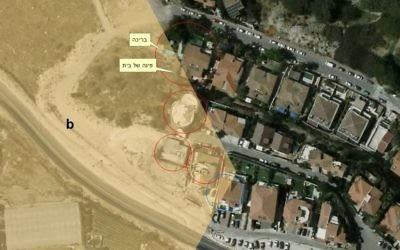 Une photo aérienne datant de 2016 des maisons situées dans l'implantation de Shaarei Tikva, et qui seraient construites sur la zone B. L'onglet jaune supérieur pointe vers une piscine, tandis que le bas indique le coin d'une maison. (Crédit : Dror Etkes)