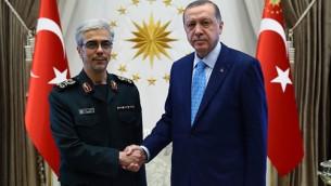Le chef d'état-major iranien, Mohammad Bagheri, et le président turc Recep Tayyip Erdogan au palais présidentiel d'Ankara, le 16 août 2017. (Crédit : présidence turque)