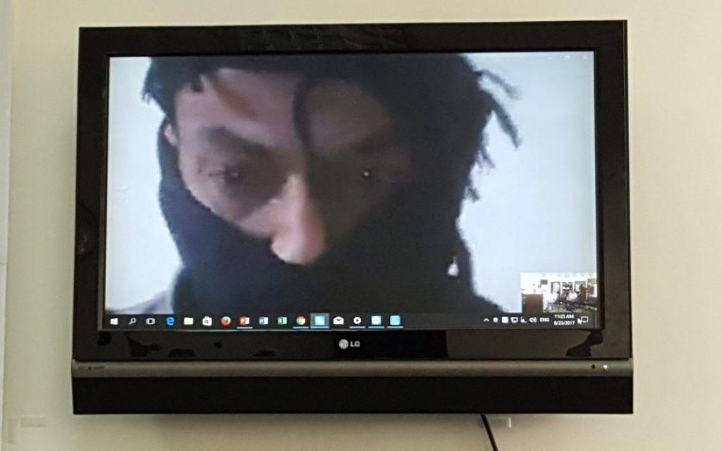 Un commandant rebelle syrien, connu uniquement sous son nom de guerer, Abu Hamad, parle aux journalistes à Jérusalem depuis la Syrie via Skype, le 23 août 2017. (Crédit : MediaCentral)