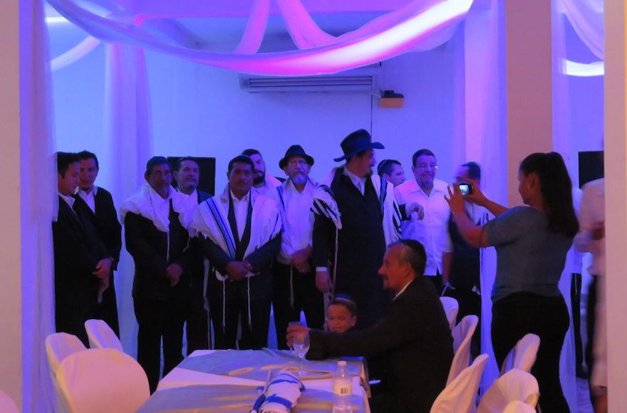 Des fiancés au Nicaragua qui se sont convertis au Judaïsme attendent leurs promises avant un mariage juif traditionnel de 22 couples, le 23 juillet 2017 (Crédit : Bonita Sussman via JTA)