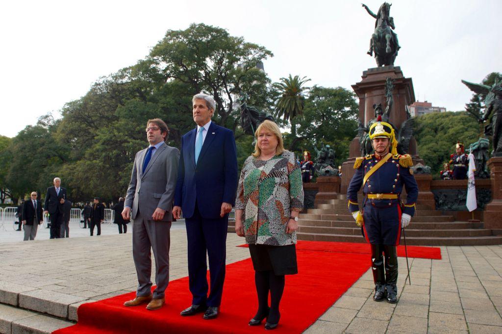 Le secrétaire d'Etat américain John Kerry, au centre, avec la ministre des Affaires étrangères de l'Argentine  Susana Malcorra, à droite, et le Secrétaire-général de Buenos Aires Fernando Strafe, à gauche, sur la San Martin Plaza, en Argentine, le 4 août 2016 (Crédit : département d'Etat américain)