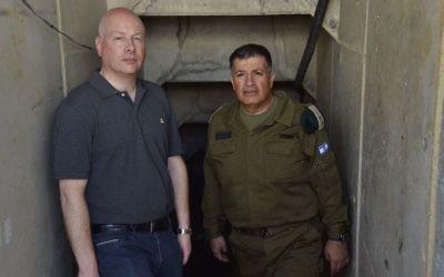 L'envoyé pour la paix du président américain Donald Trump, Jason Greenblatt (à gauche), dans un tunnel terroriste du Hamas près de la bande de Gaza avec le coordonnateur des activités gouvernementales dans les territoires (COGAT) Yoav 'Poly' Mordechai le 30 août 2017 (Crédit : bureau du porte-parole du COGAT)