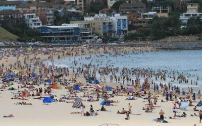 Photo d'illustration de Bondi Beach à Sydney, en Australie, en janvier 2009 (Crédit : CC BY-SA Liz Lawley, Flickr)