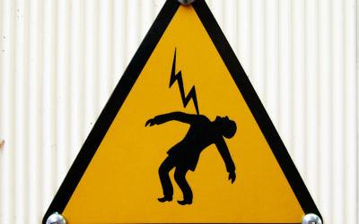 Panneau indiquant un risque de mort par électrocution. Illustration. (Crédit :  Frédéric Bisson/CC BY-SA/Flickr)