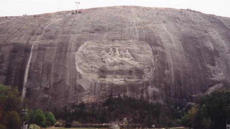 Le bas-relief de Stone Mountain, en Géorgie, avec les dirigeants confédérés Jefferson Davis, Robert E. Lee et Thomas 'Stonewall' Jackson. (Crédit : Ahoerstemeier/CC BY-SA 3.0/Wikimedia Commons)