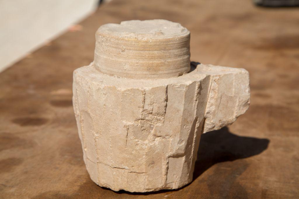 Des contenants en pierre ont été déterrés à l'intérieur d'un ancien atelier dans une carrière de pierre lors des des fouilles à Reina, en Basse-Galilée (Crédit : Samuel Magal / IAA)
