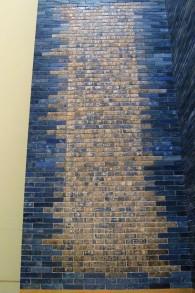 Un mur de la porte d' Ishtar avec un message écrit par le roi Nabucodonosor II (Domaine public)