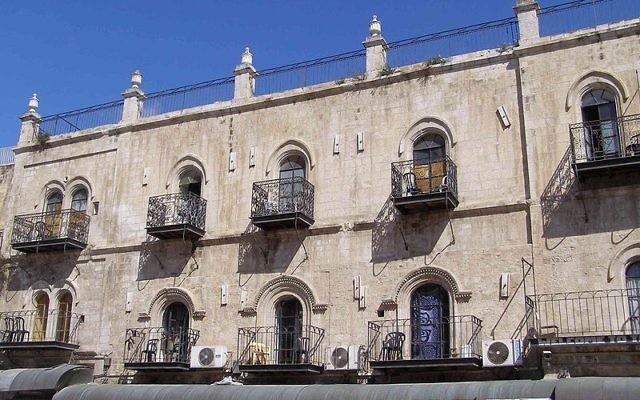 L'hôtel Petra, dans la Vieille Ville de Jérusalem. (Crédit : Ranbar/CC BY SA/Wikimedia)
