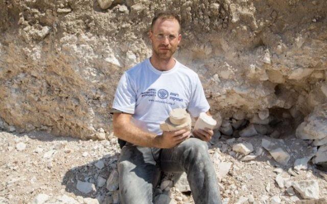 Le docteur Yonatan Adler sur le site des fouilles dans une carrière de pierre et un atelier à Reina en Basse-Galilée (Crédit : Samuel Magal / IAA)