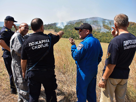 Les pompiers israéliens avec des responsables macédoniens (Police israélienne)