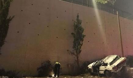 Un policier inspecte la scène d'un accident mortel sur la route 75, aux abords de Nazareth, le 13 août 2017. (Crédit : porte-parole de la police)