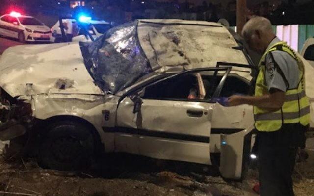 Illustration : Un policier inspecte la scène d'un accident mortel sur la route 75, aux abords de Nazareth, le 13 août 2017. (Crédit : porte-parole de la police)