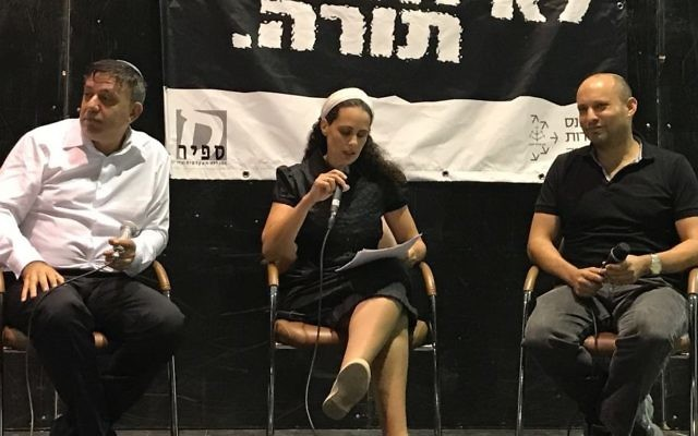 Le président du Parti travailliste, Avi Gabbay, à gauche, et le président de HaBayit HaYehudi Naftali Bennett, lors d'un débat dirigé par Sarah Beck, au centre, dans l'implantation d'Efrat, en Cisjordanie, le 31 juillet 2017. (Crédit : Jacob Magid/Times of Israël)