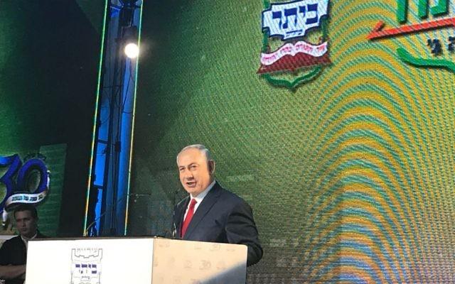 Le Premier ministre Benjamin Netanyahu  lors d'une cérémonie d'inauguration d'un nouveau quartier dans l'implantation de Beitar Illit, le 3 août 2017   (Crédit : Jacob Magid/Times of Israel)