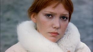 """Anne Wiazemsky dans """"Il seme dell'uomo"""", en 1969. (Crédit : Gawain78]/Bomazi/Domaine public/WikiCommons)"""