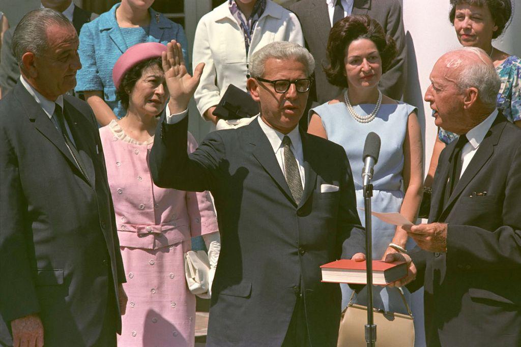 Arthur Goldberg en train de prêter serment pour devenir ambassadeur des États-Unis aux Nations unies en 1965 (Crédit : Domaine public)