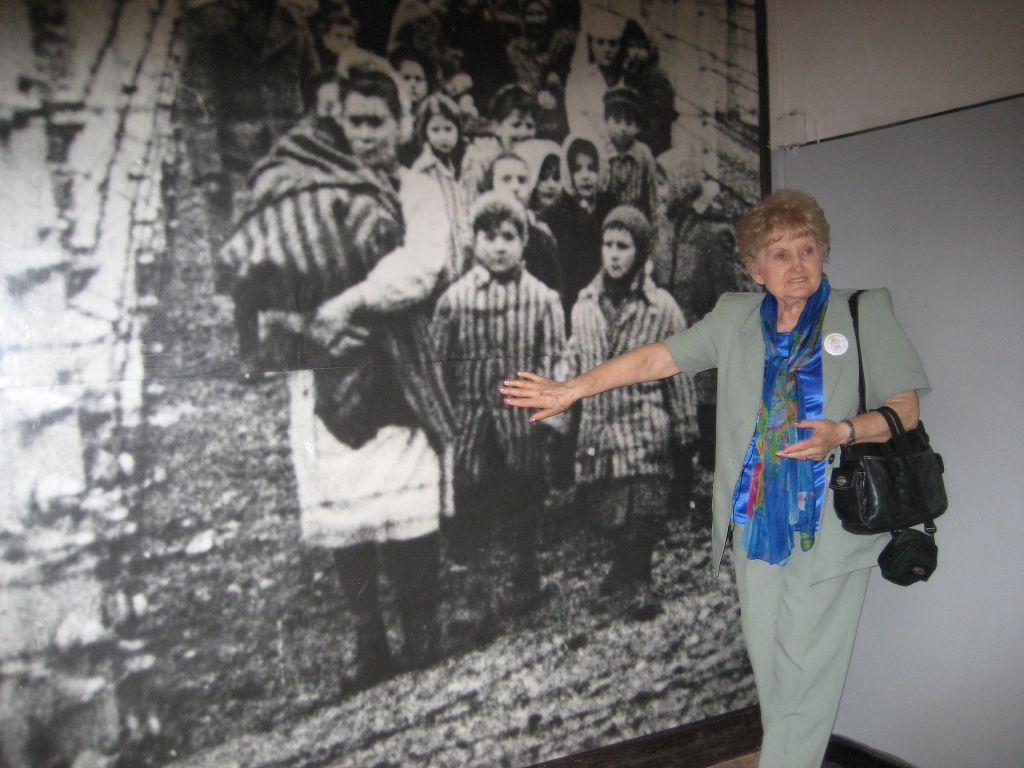 La jumelle de Mengele Eva Mozes Kor se désigne dans une image présentée au musée du mémorial d'Auschwitz durant un voyage en 2007 (Autorisation)