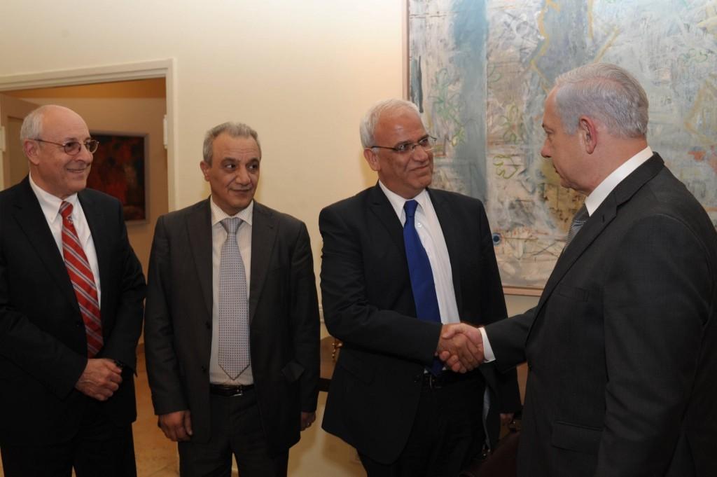 Le Premier ministre Benjamin Netanyahu, à droite, avec Saeb Erekat, à Jérusalem, en avril 2012. Yitzhak Molcho , conseiller de Netanyahu, à gauche, est avec le chef de la sécurité de l'AP Majed Faraj, 2e à gauche. (Crédit : Amos Ben Gershom/GPO/Flash90)