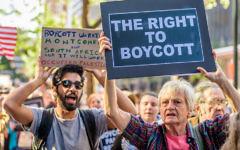 Une image illustrative de manifestants à l'extérieur des bureaux du gouverneur de New York, Andrew Cuomo, protestant contre son ordonnance demandant aux entreprises de New York de rompre les liens avec les organisations qui soutiennent le mouvement BDS, le 9 juin 2016 (Crédit : Erik McGregor / Pacific Press / LightRocket / Getty Images