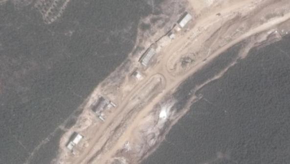 Les bâtiments situés sur un site près de la banlieue syrienne du nord de la ville de Banias qui auraient auparavant fait partie d'une usine de missiles iraniens en construction (Crédit : Capture d'écran Google Maps)