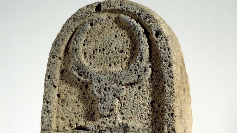 Une stèle de basalte décorée d'une tête de taureau de Bethsaïde, datant du 8e siècle avant notre ère. (Crédit : musée d'Israël)