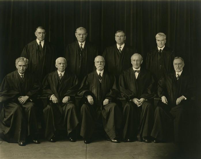 Photographie de groupe avec les juges portant des robes. Assis à la première rangée, à gauche, Louis Dembitz Brandeis;.Debout, sur la derrière la rangée, tout à droite Benjamin Nathan Cardozo (Crédit : Harris & Ewing / Collections historiques et spéciales, Harvard Law School Library)