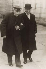 Les juges Oliver Wendell Holmes, Jr., à gauche, et Louis Brandeis marchant bras dessous bras, vers 1928 (Crédit : L.C. Handy Studios / Historical & Collections spéciales, Harvard Law School Library)