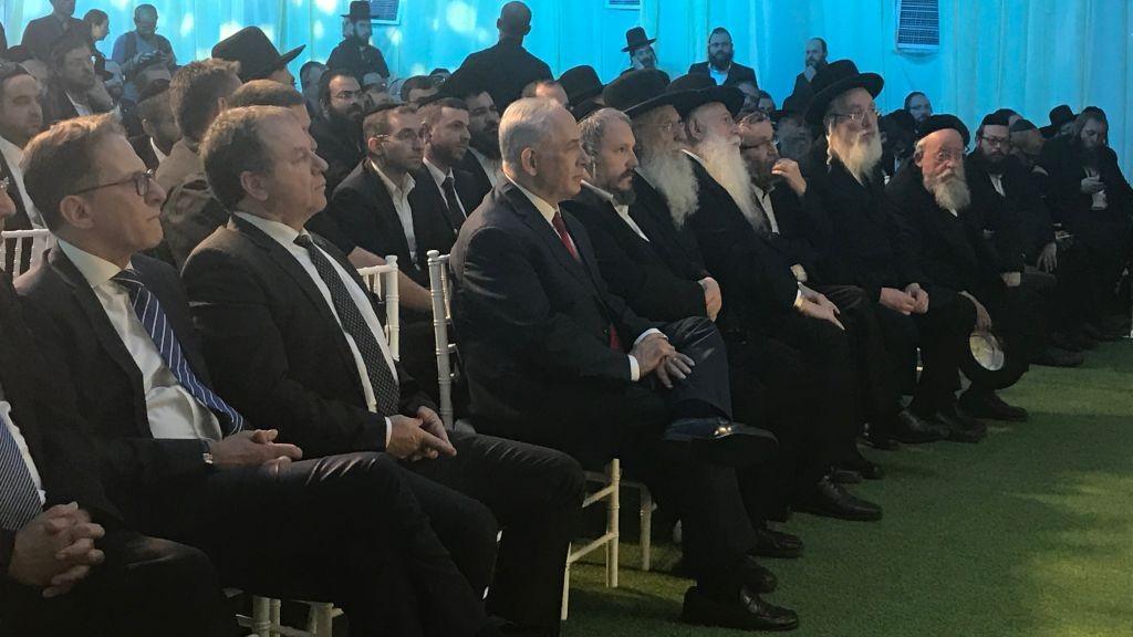 Le Premier ministre  Benjamin Netanyahu, 3ème à partir de la gauche, assis aux côtés des dirigeants ultra-orthodoxes lors d'une cérémonie d'inauguration d'un nouveau quartier au sein de l'implantation de  Beitar Illit le 3 août 2017 (Crédit : Jacob Magid/Times of Israel)