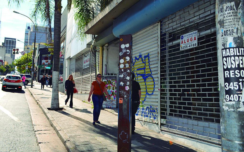Magasins fermés sur la populaire rue Augusta de Sao Paulo. (Crédit : Luiz Roiz/Times of Israël)