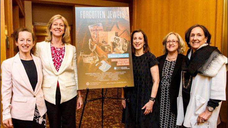 De gauche à droite : Les réalisatrices de 'Forgotten Jewels' Judy Kreith et Robin Truesdale; Jane Weitzman, présidente du JDC Archives Committee; Linda Levi, directrice des JDC Archives, et Jane Swergold, professeur adjoint à Fairfield University. (Crédit : JDC/Romina Handling)