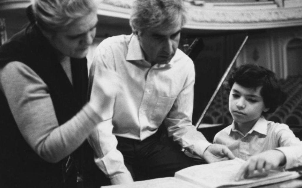 Evgeny Kissin avec le chef d'orchestre russe Dmitry Kitayenko et le mentor de Kissin, Anna Kantor, lors de la répétition pour son premier spectacle composé de deux concerts Chopin à Moscou (Crédit : Autorisation)