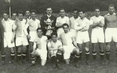 Bela Guttmann, à la droite de l'homme en costume, et le club de football de l'Hakoah Vienne avec un trophée (Autorisation)