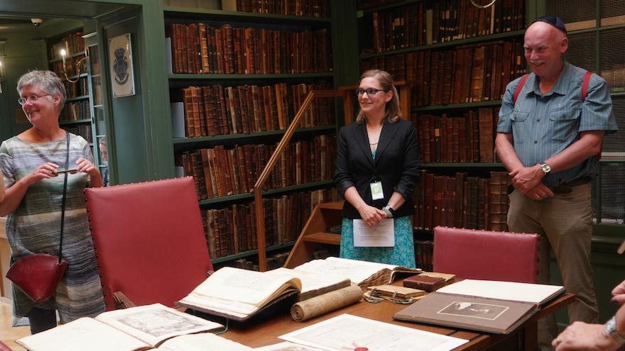 La documentariste Ruth Peeters, au centre, raconte aux visiteurs l'histoire de la bibliothèque juive Ets Haim à Amsterdam, le 17 mai 2017 (Crédit : Cnaan Liphshiz/JTA)