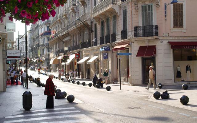 Vue sur la rue d'Antibes à Cannes (Crédit : CC BY SA 3.0)