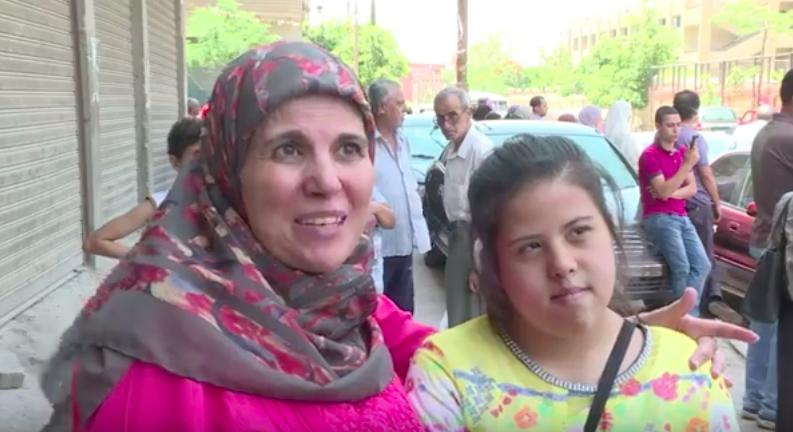 Ghada Tosson et sa fille Lojine, trisomique (Crédit : capture d'écran YouTube/AFP)